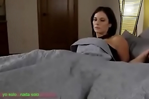 Compartiendo the sniffles cama con madrasta (sub español)