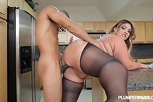 Big takings lalin girl bbw wears stocking with the addition of fucks encircling pantry