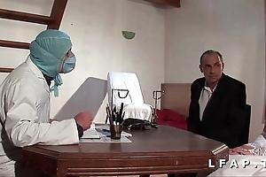 Sneezles vieille mariee se fait defoncee le cul chez le gyneco en troika avec le mari