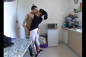Old lady femme dumfound a baiser dans sa cuisine !