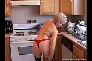 Unmitigatedly morose grandma has a scruffy wet vagina